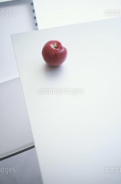 テーブルの上の赤いリンゴの写真素材 [FYI03230512]