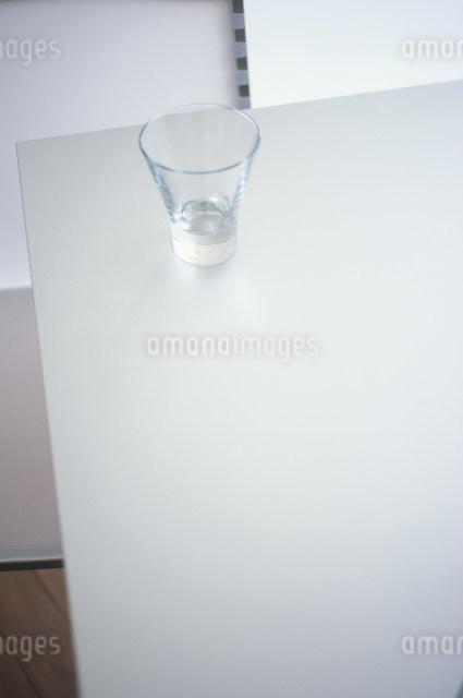 テーブルの上のガラスのコップの写真素材 [FYI03230518]