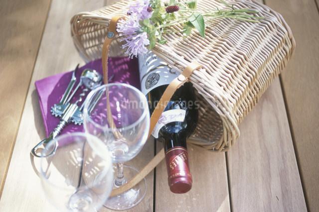 ワイングラスと籠に入ったワインとオープナーの写真素材 [FYI03230524]