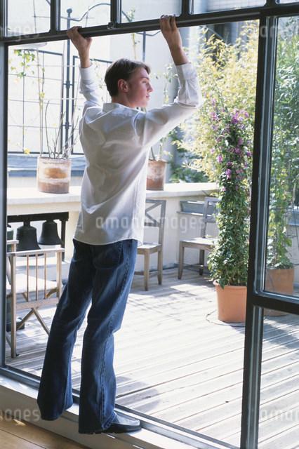 植物のあるテラスを見る男性の写真素材 [FYI03230558]