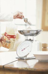 小麦粉をスケールで量る手元の写真素材 [FYI03230561]