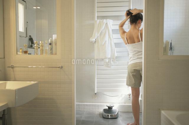 バスルームで髪を結く女性の写真素材 [FYI03230566]