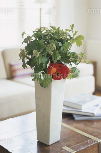 花のあるテーブルの写真素材 [FYI03230567]