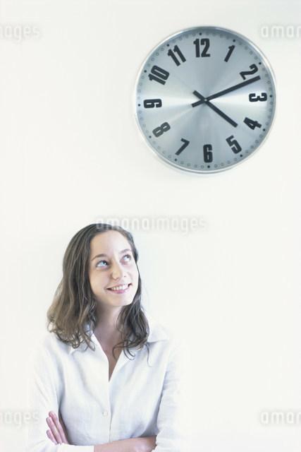 女性と時計の写真素材 [FYI03230578]