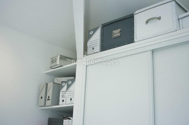棚の上に置かれた収納箱やファイルボックスの写真素材 [FYI03230594]
