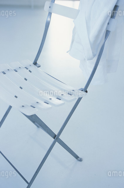 シャツをかけた白いイスの写真素材 [FYI03230597]