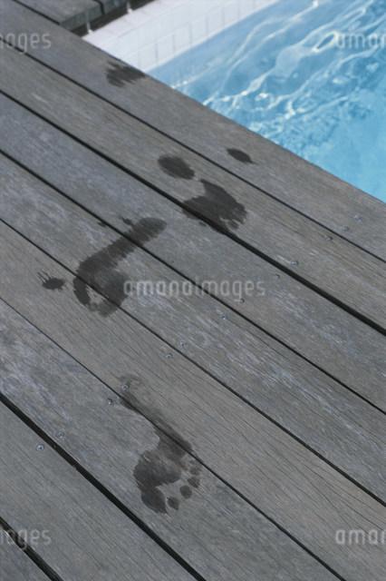 プールサイドに残った足跡の写真素材 [FYI03230609]