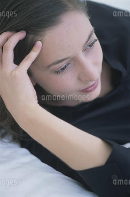 頭に手を置く女性の写真素材 [FYI03230614]
