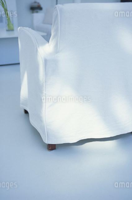 白いイスの背の写真素材 [FYI03230624]