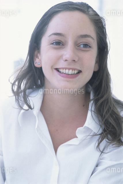 笑顔の女性の写真素材 [FYI03230625]