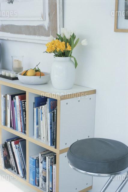 本棚と黒い丸イスの写真素材 [FYI03230627]
