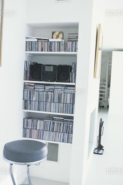 黒い丸イスと棚に置かれたコンポやCDの写真素材 [FYI03230630]