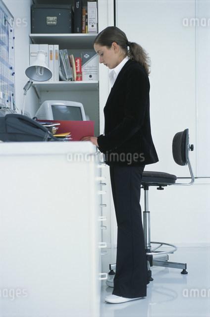 書類を見るスーツ姿の女性の写真素材 [FYI03230633]