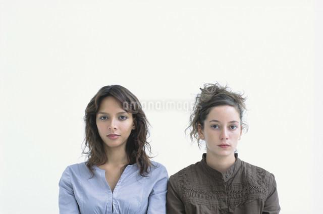 正面を見る女性2人の写真素材 [FYI03230665]