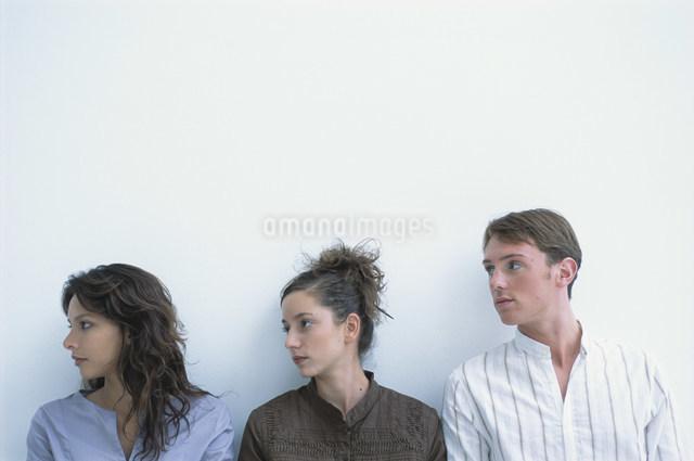 横を見る男女3人の写真素材 [FYI03230669]