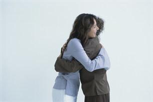 抱き合う女性2人の写真素材 [FYI03230675]