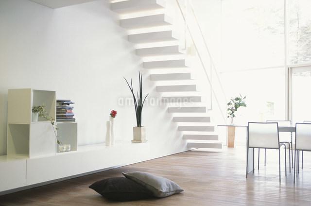 床にクッションを置いたリビングルームの写真素材 [FYI03230685]