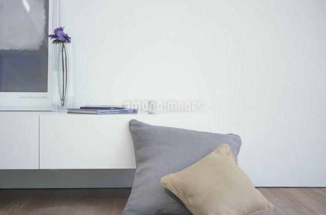 クッションとガラスの花瓶に活けたアネモネの写真素材 [FYI03230687]