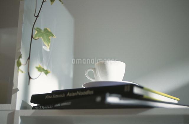 ティーカップとアイビーの葉の写真素材 [FYI03230691]