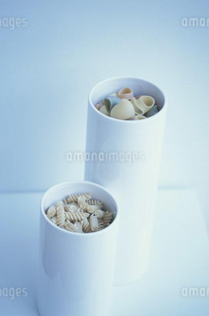 白い器に入ったいろいろな形のパスタの写真素材 [FYI03230694]