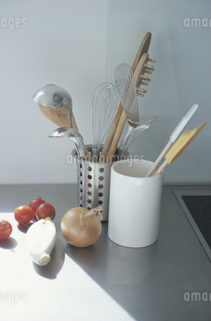 調理器具と野菜の写真素材 [FYI03230701]