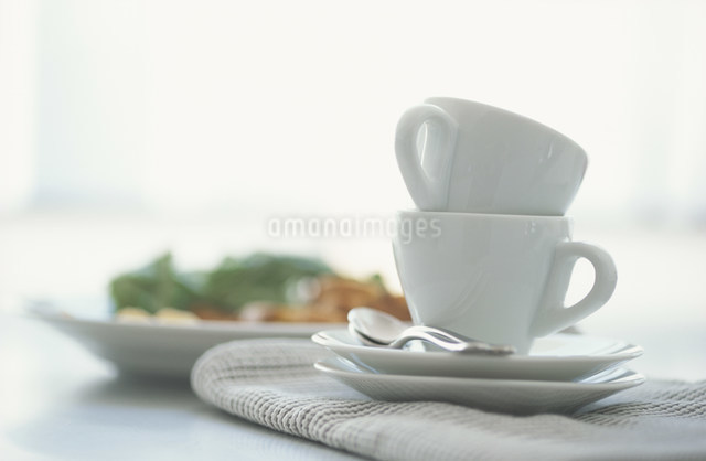 2脚の白いコーヒーカップと朝食の写真素材 [FYI03230708]