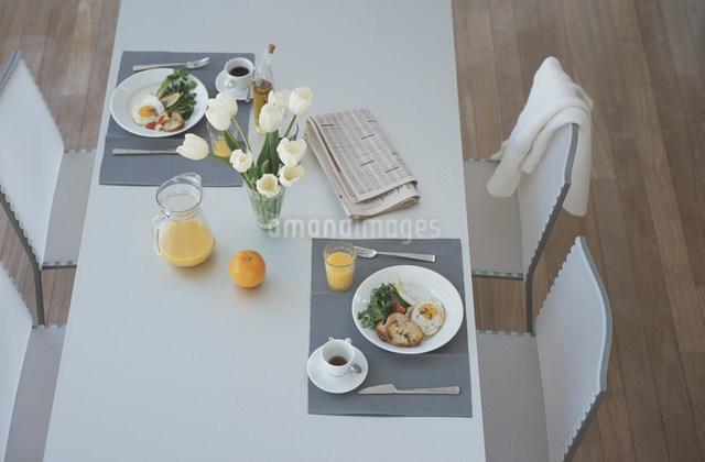 朝食の準備がされたテーブルの写真素材 [FYI03230715]