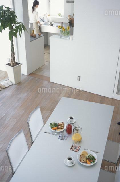 朝食の準備がされたテーブルの写真素材 [FYI03230720]