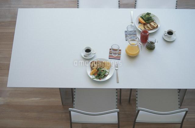 朝食の準備がされたテーブル 俯瞰の写真素材 [FYI03230728]