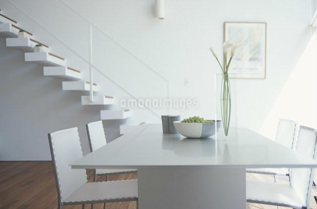 カラーとマスカットを置いたテーブルのあるリビングの写真素材 [FYI03230734]