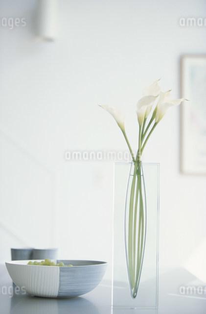 花瓶に活けたカラーと器に入れたマスカットの写真素材 [FYI03230738]