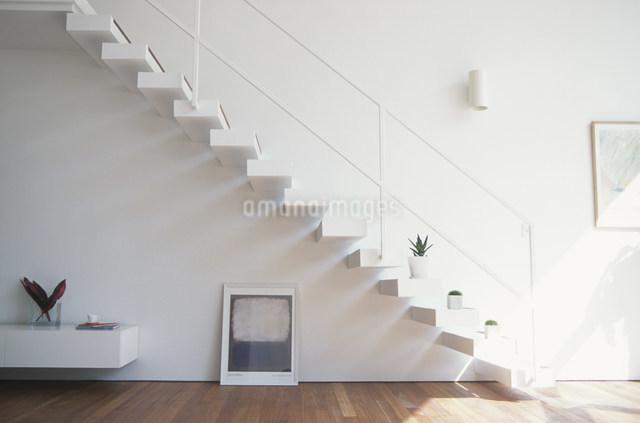 階段のある白いリビングの写真素材 [FYI03230747]