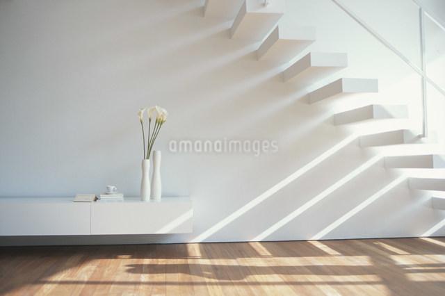 階段のある白いリビングの写真素材 [FYI03230749]