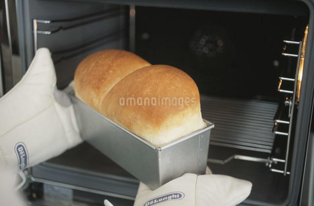 焼けたパンを取り出す手元の写真素材 [FYI03230760]