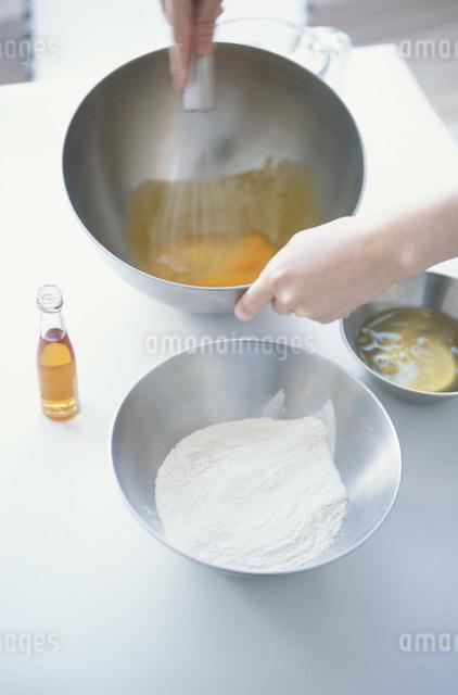 ボウルの卵をかき混ぜる女性の写真素材 [FYI03230761]