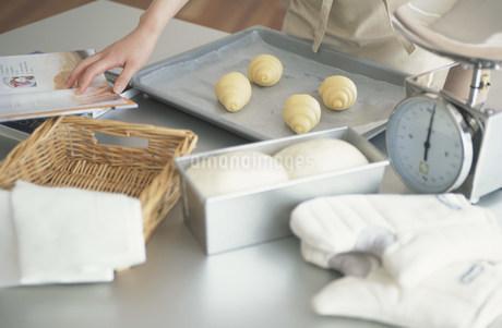 パンを作る日本人女性の写真素材 [FYI03230765]