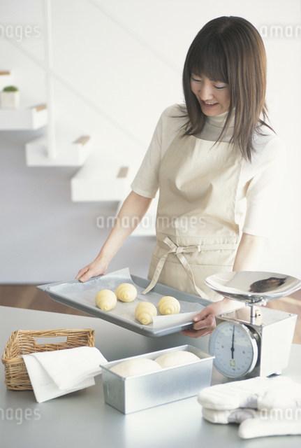 パンを作る日本人女性の写真素材 [FYI03230766]