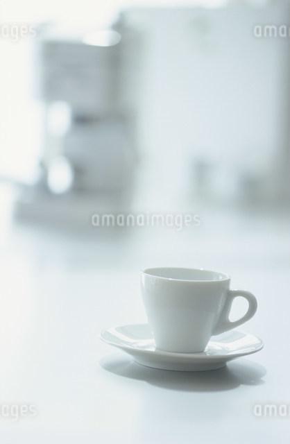 テーブルに置いた白のコーヒーカップの写真素材 [FYI03230773]