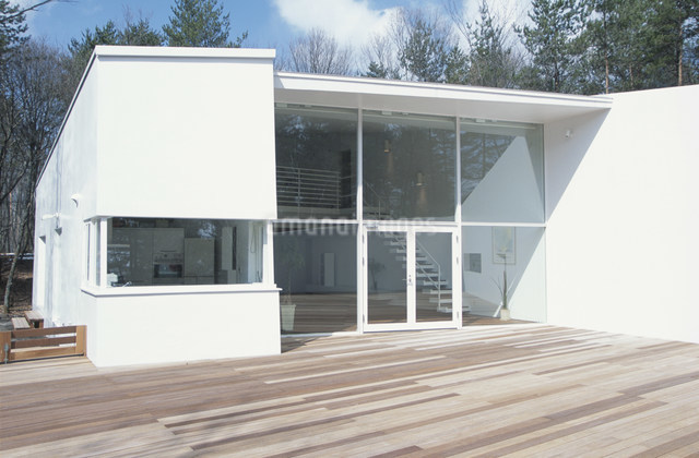 大きな窓のある白い住宅の写真素材 [FYI03230783]