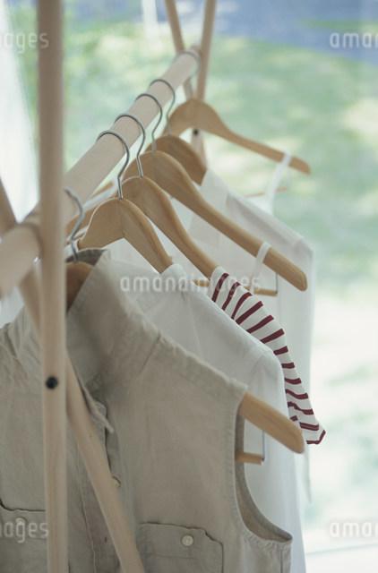 ハンガーに掛かった女性の夏服の写真素材 [FYI03230787]