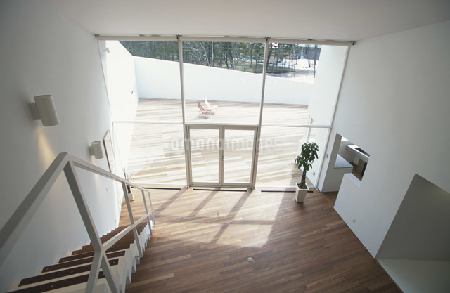 大きな窓のあるリビングルーム 俯瞰の写真素材 [FYI03230789]