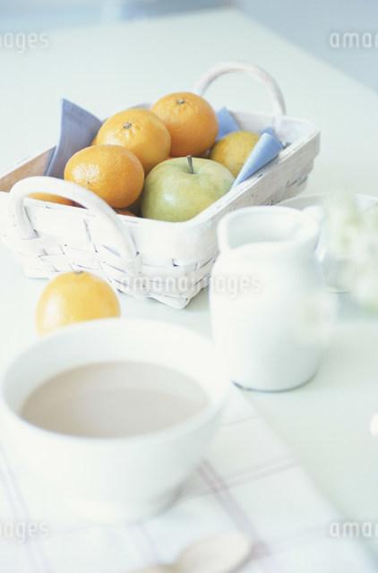 カフェオーレと果物の写真素材 [FYI03230795]