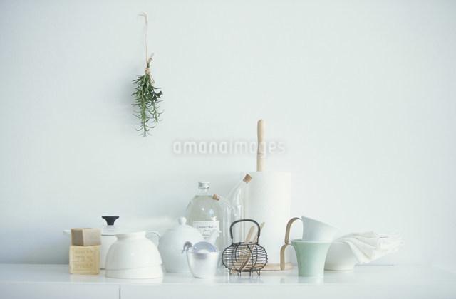 マグカップや鍋などの食器類の写真素材 [FYI03230802]