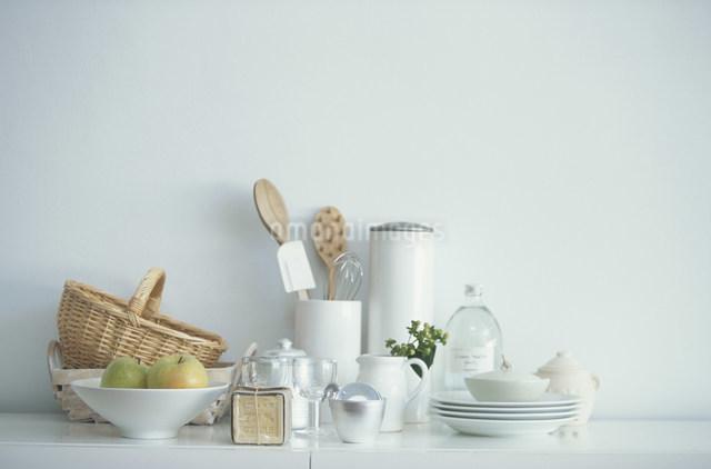 青リンゴやグラスなどの食器類の写真素材 [FYI03230808]