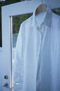 ハンガーに掛けた白いシャツの写真素材 [FYI03230812]