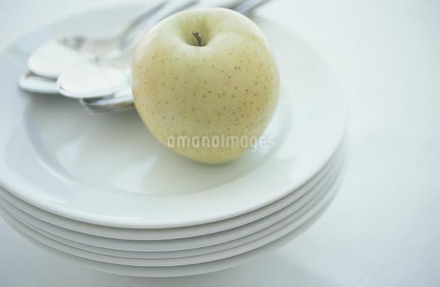 重ねた白いお皿にのせた青リンゴの写真素材 [FYI03230813]