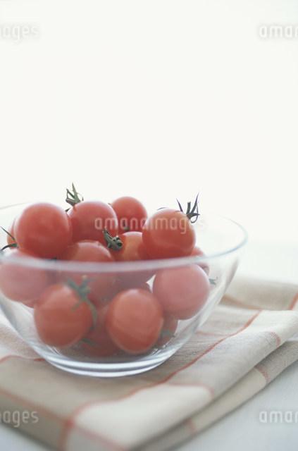 ガラスのボールに入れたプチトマトの写真素材 [FYI03230816]