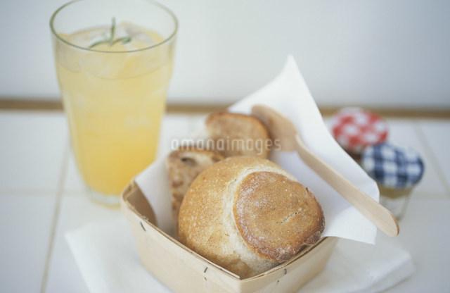パンとオレンジジュースの写真素材 [FYI03230817]