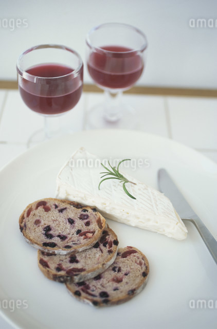 パンとチーズと赤ワインの写真素材 [FYI03230818]