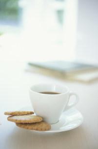 ビスケットを添えたコーヒの写真素材 [FYI03230819]